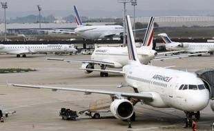 Des hôtesses et stewards d'Air France ont entamé samedi matin une grève de cinq jours, en pleine vacances de la Toussaint, pour protester contre les réductions d'équipages, grève que la direction s'efforce d'atténuer en limitant le nombre de passagers sur certains vols et en affrétant des avions d'autres compagnies