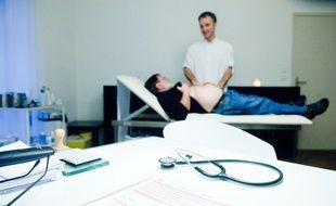 Auscultation d'un patient par un médecin généraliste dans son bureau. Illustration.