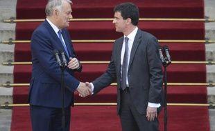 Jean-Marc Ayrault et Manuel Valls, lors de la passation de pouvoir le 1er avril 2014 à Matignon à Paris