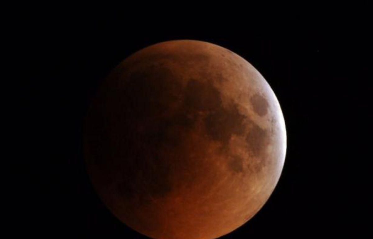 Une éclipse totale de Lune devait être visible samedi à partir de 14H06 GMT pendant près d'une heure en Asie, en Australie et dans une partie de l'Amérique du Nord, de l'Europe de l'Est et de la Scandinavie, si le ciel est clair. – Aamir Qureshi afp.com
