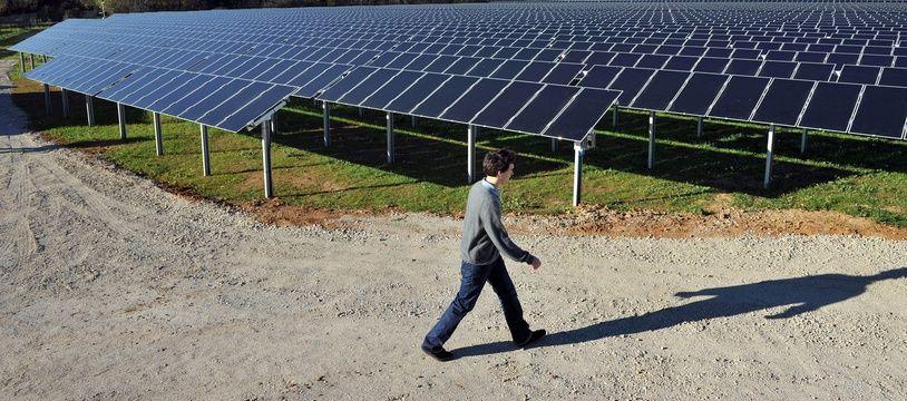 Un technicien au milieu d'une ferme photovoltaïque. Ici à Lunel.