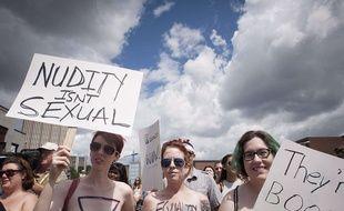 Une manifestation pour défendre le droit des femmes de se promener seins nus, à Waterloo, au Canada, le 1er août 2015.