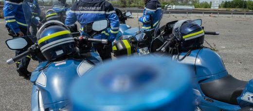 Des gendarmes à moto au bord d'une autoroute. (illustration)