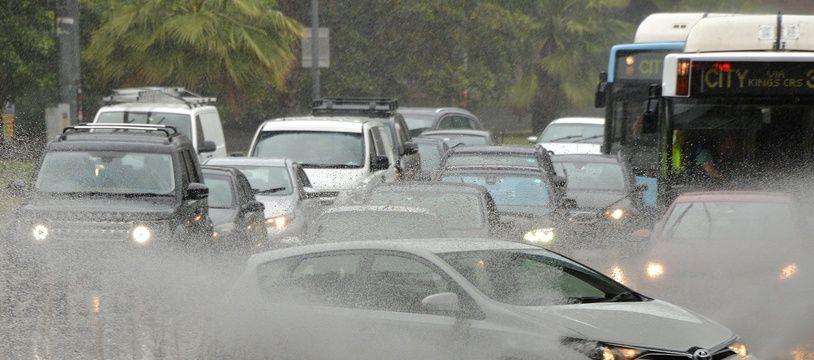 Des voitures roulent dans une rue inondée à Sydney, le  28 novembre 2018.