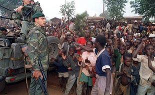 Un camp de réfugiés Hutu fête l'arrivée à Butare de militaires français, dans le cadre de l'opération Turquoise, le 3 juillet 1994