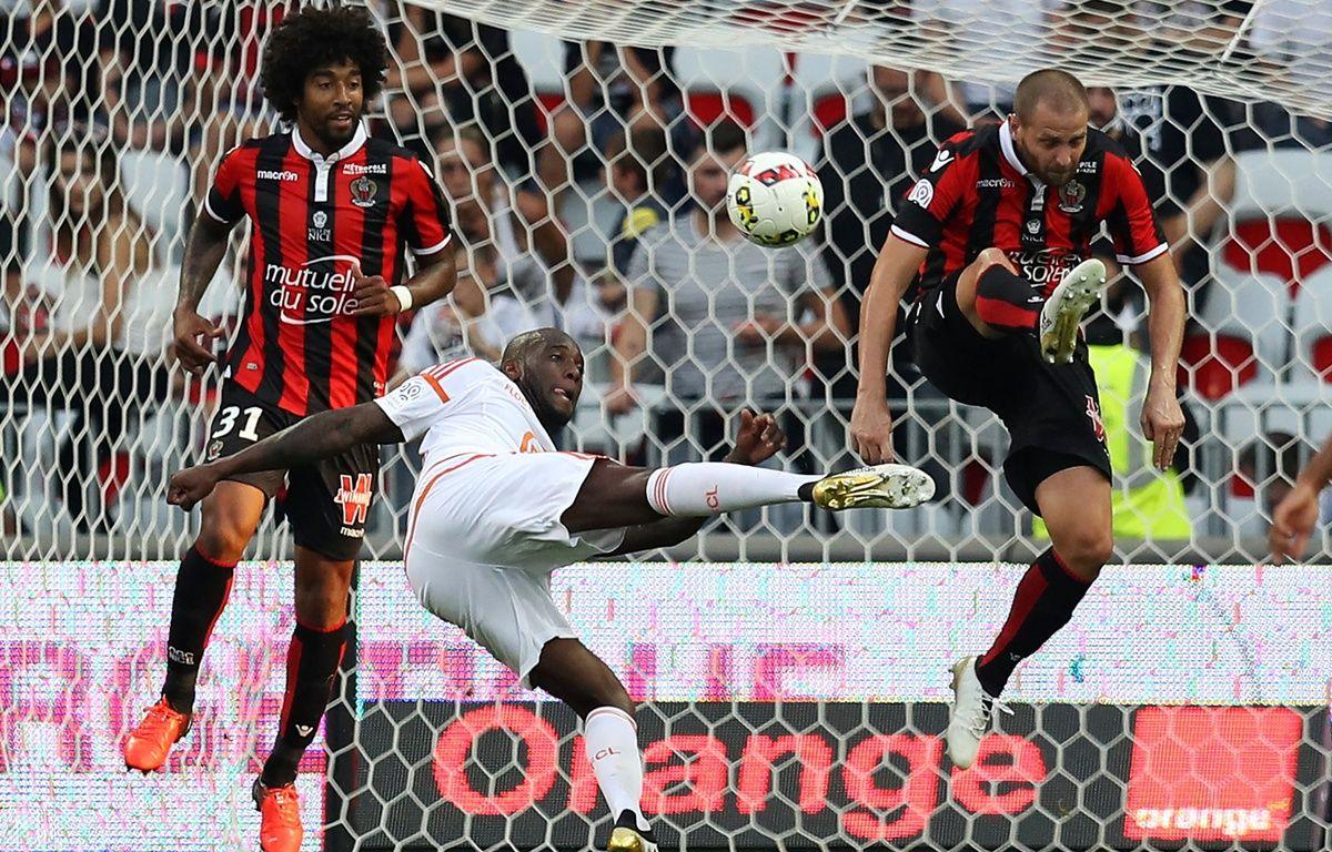 Michaël Ciani et les Lorientais retrouveront les Niçois Dante et Mathieu Bodmer, début janvier. – V. Hache / AFP
