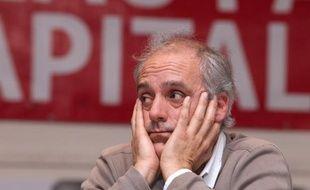 """Philippe Poutou, candidat du NPA à la présidentielle, a plaidé mardi, au cours de la présentation de ses voeux, pour une """"explosion sociale"""", et souhaité que Nicolas Sarkozy """"dégage"""", tout en estimant que sa """"rechange"""" François Hollande n'était """"pas une bonne solution""""."""
