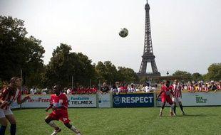 Les Kenyans disputent un match à la Coupe du monde des sans-abri organisée à Paris, sur le Champ de mars, le22 août 2011.