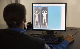 Une hôtesse de l'air ayant survécu à un cancer du sein s'est vu demander lors d'un contrôle de sécurité dans un aéroport américain de montrer sa prothèse mammaire, a rapporté vendredi une chaîne de télévision locale.