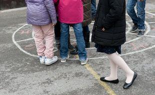 Des enfants dans la cour d'une école élémentaire à Paris.