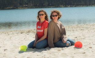 Elisabeth et Marie Sophie Tauzin, les deux soeurs qui ont crée Poppybeach, un support pour maintenir les pieds de parasols sur la plage.