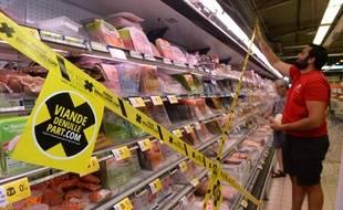 Dans un supermarché de Mont-de-Marsan (Landes), un jeune agriculteur installe des rubans «viande de nulle part», le 21 juillet 2015.