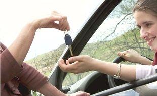 Une femme prête sa voiture à sa fille