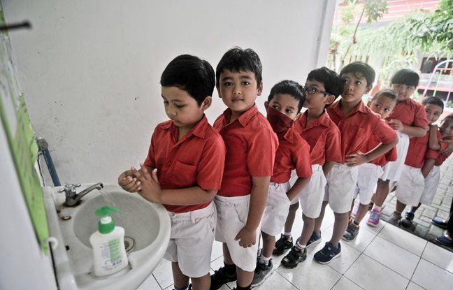Des élèves d'une école de Sieman, en Indonésie, sont sensibilisés aux manières de lutter contre le virus, le 4 mars 2020.