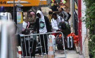 Des habitants viennent récupérer quelques affaires dans leurs logements évacués à Marseille.