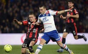 Lyon, vainqueur de Nice (3-0) samedi lors de la 19e journée de Ligue 1, ne lâche rien et s'accroche aux basques du leader parisien qui ne le devance qu'à la différence de buts à l'issue de la phase aller.