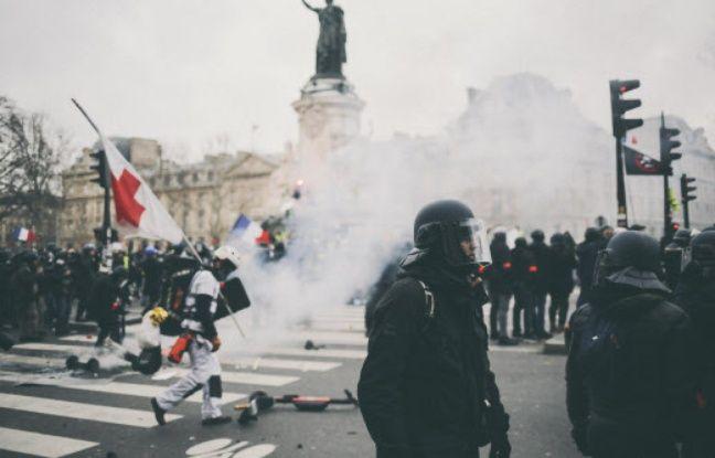 Des policiers ont-ils empêché des «gilets jaunes» de ranger des jouets sur la place de la République?