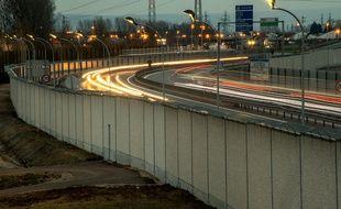 Le mur anti intrusions le long de la rocade portuaire de Calais.