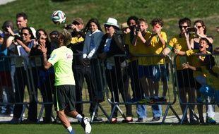 Neymar s'entraîne devant des supporters du Brésil, le 25 juin 2014 à Teresopolis.