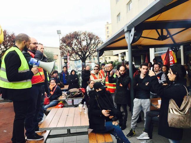 Plusieurs salariés ont pris la parole pour expliquer leurs conditions de travail.