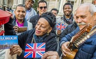 Des membres du Orquesta Buena Vista Social Club envoient des cartes postales de Londres, le 26 février 2016