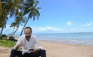 Edouard Philippe lit tranquillement sur la plage abandonnée.