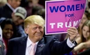 """Donald Trump tient une pancarte  """"Les femmes avec Trump"""" après une rencontre à Valdosta (Etats-Unis), le 29 février 2016."""