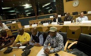 Des négociations cruciales se sont ouvertes mercredi pour tenter de résoudre le plus violent conflit social depuis des années en Afrique du Sud qui a fait 44 morts à la mine de Marikana.