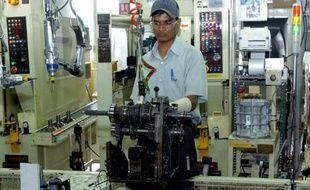 Un ouvrier indien sur une ligne de production de Toyota, dans une usine à Bidadi, dans l'état du Karnataka, le 28 juin 2005