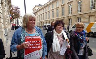 Vendredi 8 septembre 2017, Chantal L'Hoir (à g.), fondatrice de l'association française des malades de la thyroïde et Michèle Rivasi organisaient un rassemblement devant l'Assemblée nationale sur le Levothyrox.