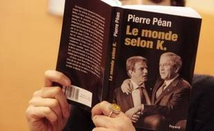 Le livre dresse une critique sévère des positions de politique étrangère de Bernard Kouchner, en particulier sur le Rwanda, et l'accuse de mélange des genres entre activités publiques et privées.