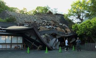 Séismes au Japon: le château de Kumamoto partiellement détruit