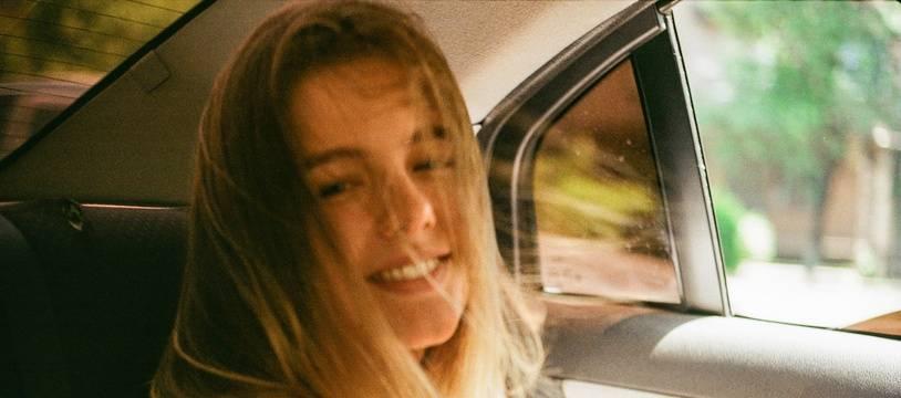 Illustration d'une adolescente en voiture, sur la banquette arrière