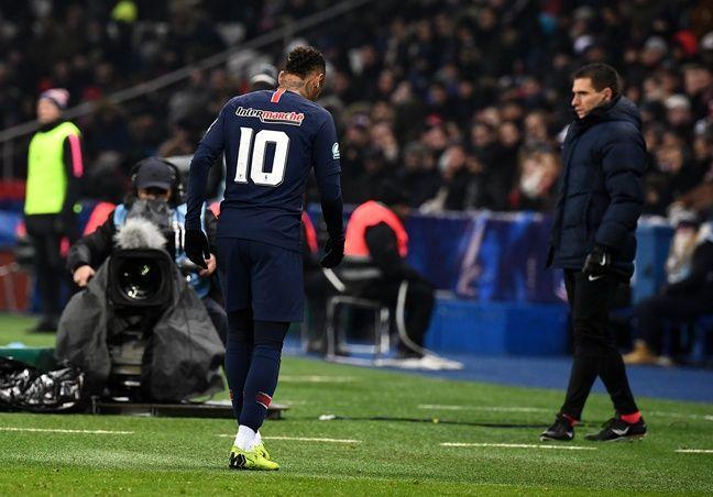 Neymar leaves injured