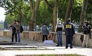 Policiers devant le musée d'Art Moderne de Paris où le vol a été commis. 20 mai 2010