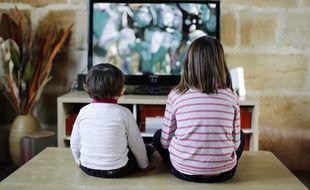 Illustration d'enfants en train de regarder la télévision.