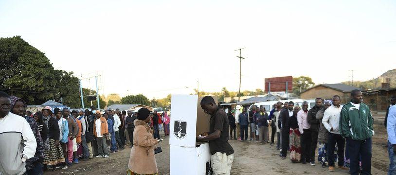 Un bureau de vote en plein air pour la présidentielle à Blantyre au Malawi le 23 juin 2020.