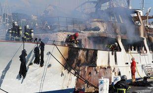 Un yacht de 42 mètres en feu dans le port de Golfe-Juan