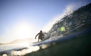 Un surfeur sur la côte basque.