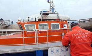 Un important dispositif de recherches était déployé vendredi près de Belle-Ile (Morbihan) pour retrouver deux marins-pêcheurs dont le caseyeur a fait naufrage, a annoncé la préfecture maritime de l'Atlantique.