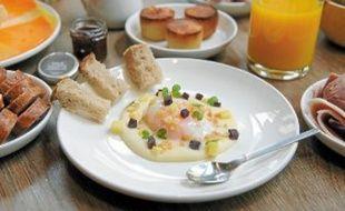Le brunch idéal selon Alain Milliat: un œuf, du fromage, du pain… et des jus de fruits.