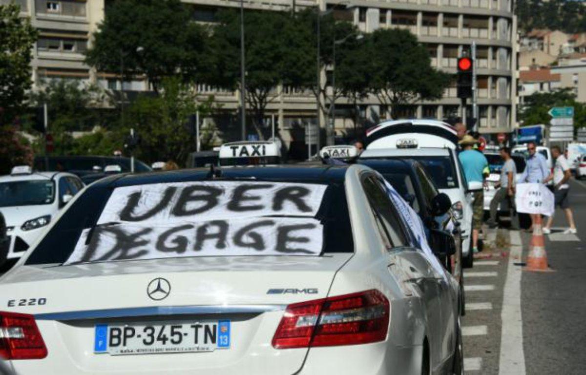 Des taxis manifestent contre UberPOP à Marseille, le 25 juin 2015 – Anne-Christine Poujoulat AFP