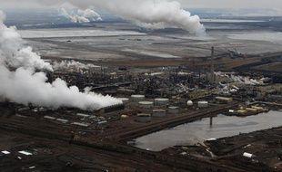 Vue aérienne d'installations pétrolières dans l'Alberta, au Canada, le 23 octobre 2009.