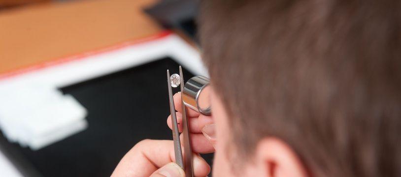 Un expert étudie un diamant, en février 2012 à Bordeaux (photo d'illustration).