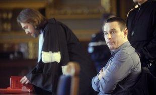 La cour d'assises des Hauts-de-Seine s'est davantage consacrée mardi à étayer l'innocence de Marc Machin, condamné pour le meurtre de Marie-Agnès Bedot en 2001 au Pont de Neuilly puis libéré après les aveux de David Sagno, qu'à prouver l'éventuelle culpabilité de ce dernier.