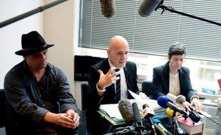 Me Jean-Christophe Coubris (c), avocat de Florence (d) et Laurent Molinet, lors d'une conférence de presse à Paris, le 11 mars 2016
