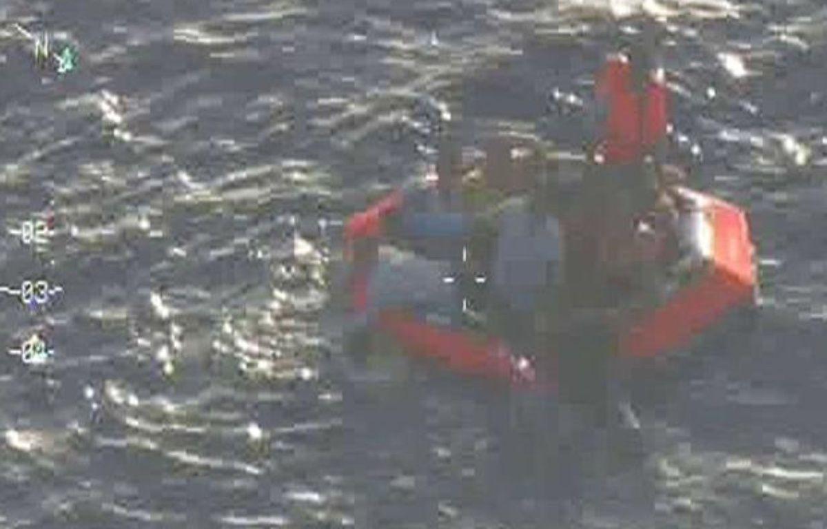 Images des forces armées maltaises qui montrent des survivants du naufrage survenu le 11 octobre 2013 au large de Malte. – AP/SIPA