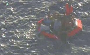 Images des forces armées maltaises qui montrent des survivants du naufrage survenu le 11 octobre 2013 au large de Malte.