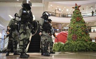 Le police antiémeute dans un centre commercial d'Hong Kong, le 24 décembre 2019.