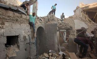 Des habitants d'Alep cherchent des survivants après des bombardements aériens du régime de Damas.